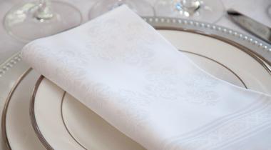 白いダマスク織のリネン