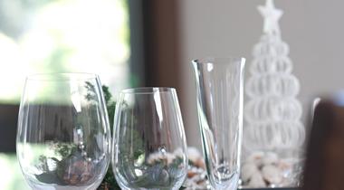 銀器、磁器、クリスタルのグラス