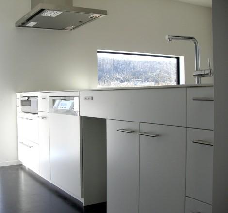 光と調和するホワイトキッチン