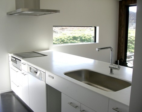 3口IHコンロ、W600タイプのドイツ製の食洗機、シンプルなサイドレンジフード。ヘッドが伸びる水栓とシンプルさの中でも装備は充実