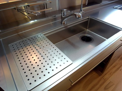 ゆったりシンクは特注製作。 上は水切りプレート・下は水きりカゴがスライド。